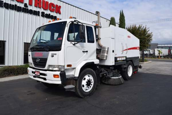 2008 Nissan UD3300 Elgin Eagle Mechanical Sweeper