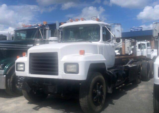 1999 Mack Rolloff with Lift Axle